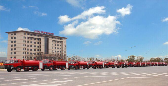 15辆东风145消防洒水车准备发车了