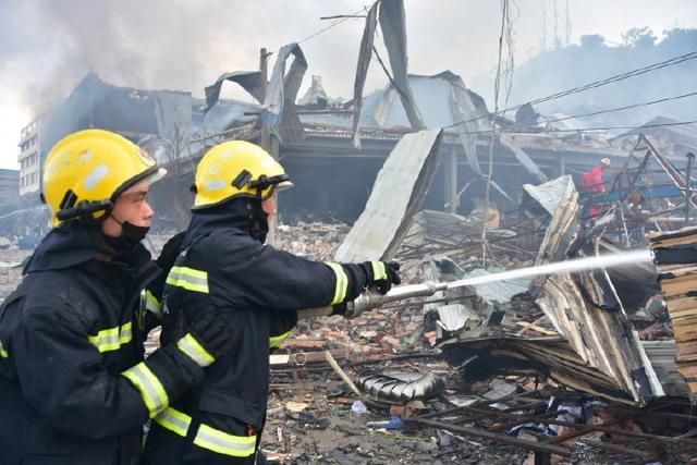 消防队员赶赴救援